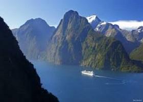 Cruising Fiordland Natl Park / Milford Sound, New Zealand